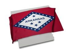 Realistische Flagge, welche die Form von Arkansas (Reihen, umfasst) Lizenzfreie Stockfotos