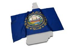 Realistische Flagge, welche die Form von New Hampshire (Reihen, umfasst) Lizenzfreie Stockfotos