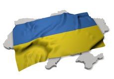Realistische Flagge, welche die Form von Ukraine (Reihen, umfasst) Stockfoto