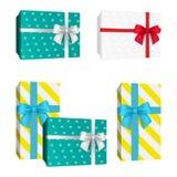 Realistische Geschenkbox des punktierten Musters 3D mit Bögen des roten und weißen und blauen Bandes Vektor-Geschenke Stockbild