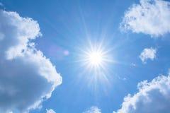 Realistische glänzende Sonne mit Blendenfleck auf blauem Himmel bewölkt Naturtageshintergrund Lizenzfreie Stockfotos