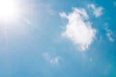 Realistische glänzende Sonne mit Blendenfleck auf blauem Himmel bewölkt Naturtageshintergrund Stockfotos