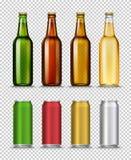 Realistische grüne, braune, gelbe und halbdurchlässige Glasbierflaschen und können mit Getränk auf einem weißen Hintergrund Stockbild