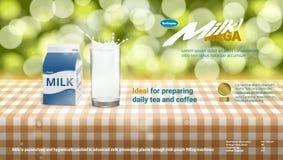 Realistische Karton-Verpackung und Glas der Milch-3D spritzen mit Sahne Werbung stock abbildung