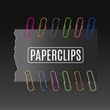 Realistische kleurrijke paperclippen op een donkere achtergrond Royalty-vrije Stock Fotografie