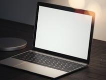 Realistische laptop op een donkere lijst onder de lamp in donkere ruimte, het 3d teruggeven Royalty-vrije Illustratie