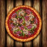 Realistische Pizza mit Wurst und Gemüse auf Eichenbrettern Stockfotos