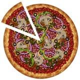 Realistische Pizza mit Wurst und Gemüse mit einem Schnitt bessert aus Stockfotos