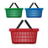 Realistische rode, blauwe en groene lege supermarkt het winkelen geïsoleerde mand De kar van de mandmarkt voor verkoop met handva vector illustratie