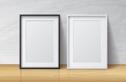 Realistische Witte en Zwarte Lege Omlijsting, die zich op Licht bevinden Stock Fotografie