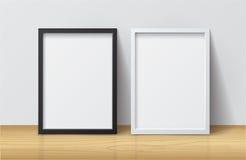 Realistische Witte en Zwarte Lege Omlijsting, die zich op Licht bevinden Royalty-vrije Stock Foto's
