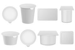 Realistische yoghurt, kwark, roomijs of zure room verpakkingsreeks Lege die 3D modellen op witte achtergrond worden geïsoleerd Stock Foto's
