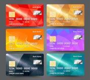 Realistischer ausführlicher Kreditkartesatz mit buntem dreieckigem Designhintergrund Lizenzfreies Stockfoto