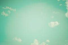 Realistischer blauer Himmel bewölkt Weinlesetonnatur-Tagesretro- Hintergrund Stockfotos