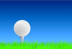 Realistischer Golfball auf T-Stück Stockfoto