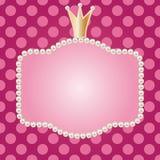 Realistischer Perlenrahmen mit Krone Stockbilder