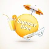 Realistischer Sommeraufkleber mit Orangensaft, Regenschirm und Stranddezember Stockbild