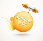 Realistischer Sommerschlussverkaufaufkleber mit Orangensaft und Regenschirm Stockfotos