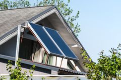 Realistischer Sonnenkollektor auf einem Dach eines Hauses lizenzfreies stockfoto