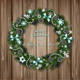 Realistischer Weihnachtskranz auf hölzernem Hintergrund Lizenzfreies Stockfoto