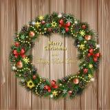Realistischer Weihnachtskranz auf hölzernem Hintergrund Stockbild