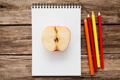 Realistisches Bild des Apfels mit bunten Bleistiften Lizenzfreie Stockfotos