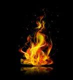 Realistisches Feuer auf einem schwarzen Hintergrund mit Reflexion Stockbilder