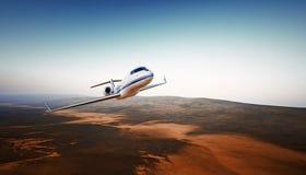 Realistisches Foto-weißes generisches Design-Luxusflugzeug Private Jet Cruising High Altitude, fliegend über Berge leer Stockfoto