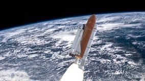 Realistisk animering 3D av rymdfärjan som lanserar över jordatmosfär Beståndsdelar av denna video som möbleras av NASA stock illustrationer