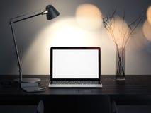 Realistisk bärbar dator på en mörk tabell under lampan i mörkt rum, tolkning 3d Fotografering för Bildbyråer
