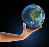 realistisk holding för hand för Amerika facingjordklot north Arkivbild