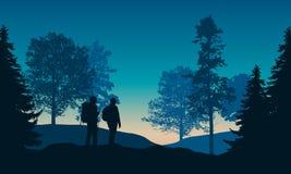 Realistisk illustration av landskapet med barrträds- och lövskogen och blå himmel för morgon med resningsolen Tv? fotvandrare med stock illustrationer
