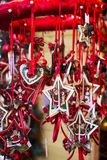 Realistisk julgarnering som hänger med det röda bandet Arkivfoton