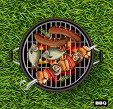 Realistisk picknickbbq-vektor lawn för bakgrundsgräsgreen Fisk och korvar som lagar mat på gallret royaltyfri illustrationer