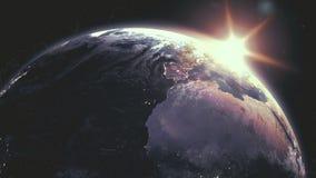 Realistisk soluppgång över planetjord med rasteringreppet för digitala data omkring lager videofilmer