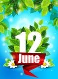 Realistiskt begrepp med blommande tusenskönor Kvalitets- bakgrund med gröna sidor Ljus affisch Juni 12 med blommorna och bokstave Arkivbilder