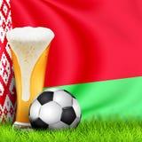 Realistyczny 3d szkło piwo i piłki nożnej piłka na zielonej trawie z krajową falowanie flagą Białoruś Puchar Świata futbol 2019 P royalty ilustracja