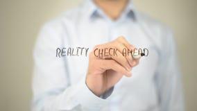Realitätsprüfung voran, Mann-Schreiben auf transparentem Schirm Lizenzfreies Stockfoto