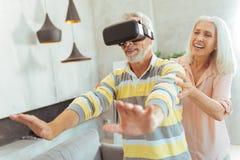 Realitet som älskar åldrades par som testar VR-exponeringsglas Royaltyfri Bild
