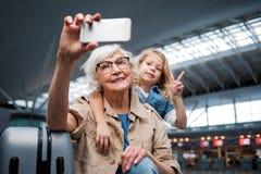 Realiteten åldrades farmodern gör selfie med barnet royaltyfri foto