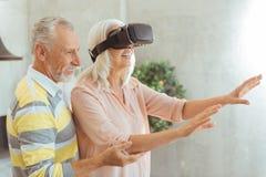 Realiteten åldrades kvinnan som testar VR-exponeringsglas med hennes make Royaltyfria Bilder