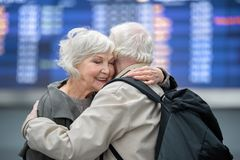 Realiteten åldrades par omfamnar med fondness royaltyfria foton