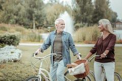Realiteten gladde den blonda kvinnan som står nära hennes cykel arkivbild