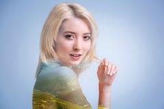 Realiteten var besvärad rörande hår för den blonda flickan, medan posera arkivbilder