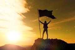 Realização alta, silhuetas da menina, bandeira da vitória foto de stock royalty free
