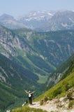 Realização de um caminhante feliz em uma trilha da montanha foto de stock