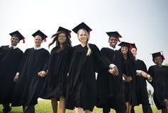 A realização do amigo da graduação comemora o conceito do grau imagens de stock