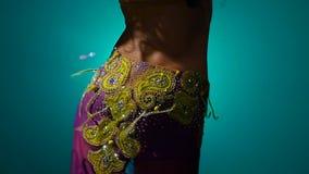 Realiza una danza de vientre en traje oriental Fume el fondo Cámara lenta Cierre para arriba metrajes