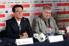Realizador de cinema e produtor Youn Je Kuoyn na esquerda imagens de stock
