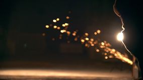 Realizando combate engañe los ataques en una calle de la ciudad, bombillas de la noche almacen de metraje de vídeo